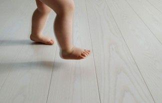 Ash-Classic-Snowwhite-baby-feet1_RGB_nayttokuva_72dpi
